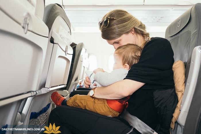 Mang sữa lên máy bay phải có trẻ em đi cùng người lớn