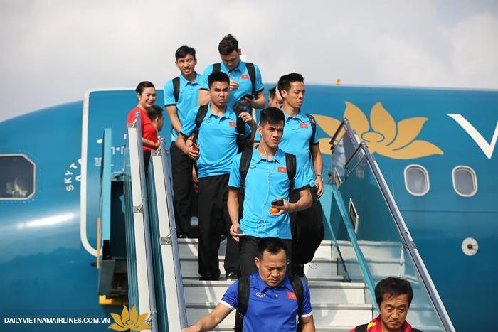 Các ầu thủ của ĐTVN đang bước xuống từ máy bay của Vietnam Airlines