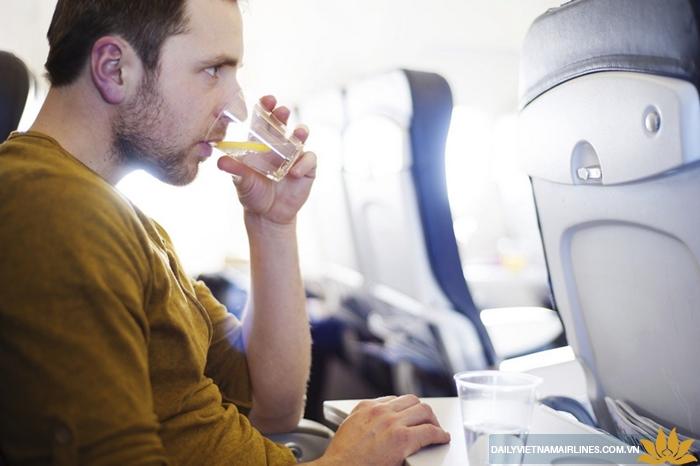 Uống nhiều nước trên máy bay